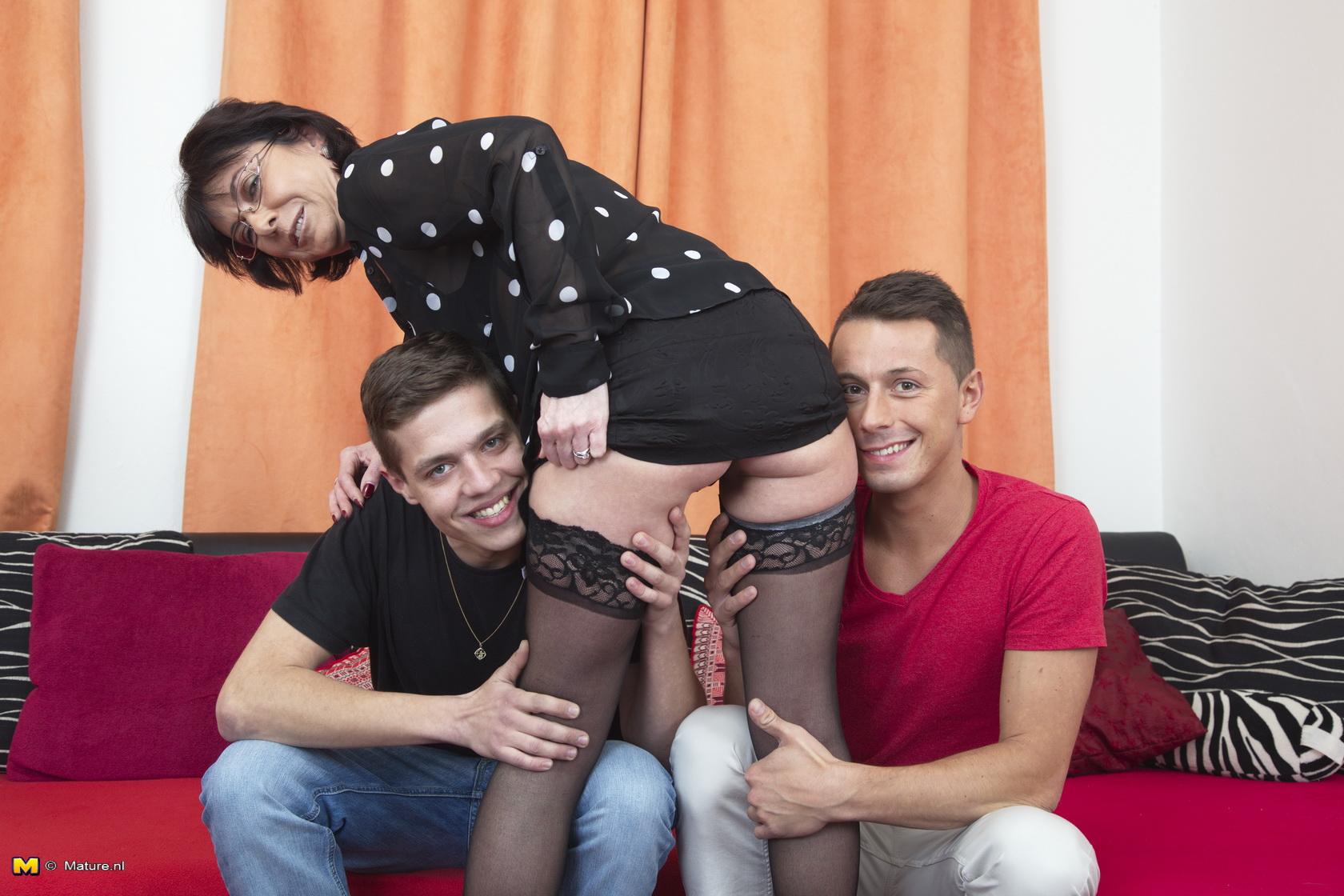 Mature slut threesome 6