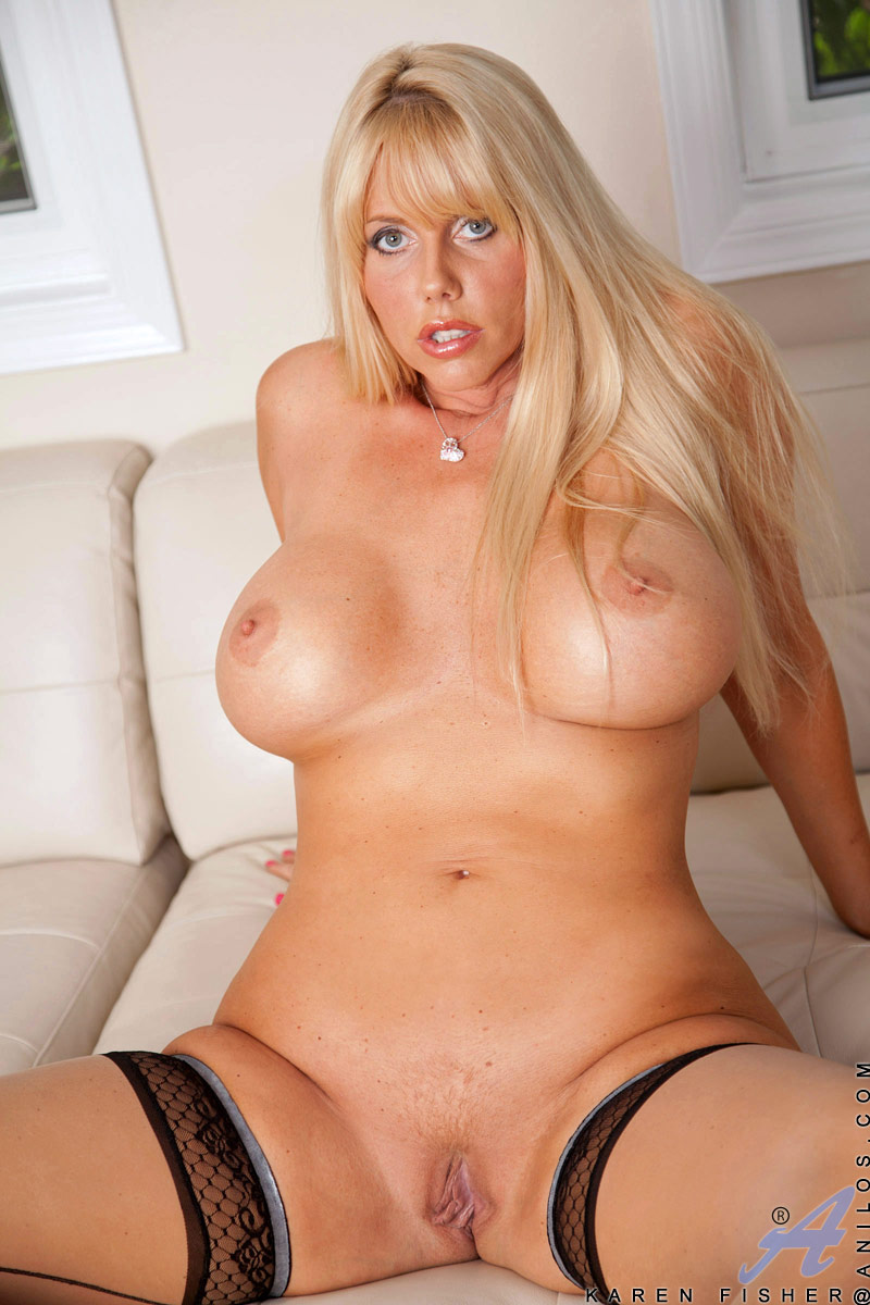 Blonde fingers pussy has