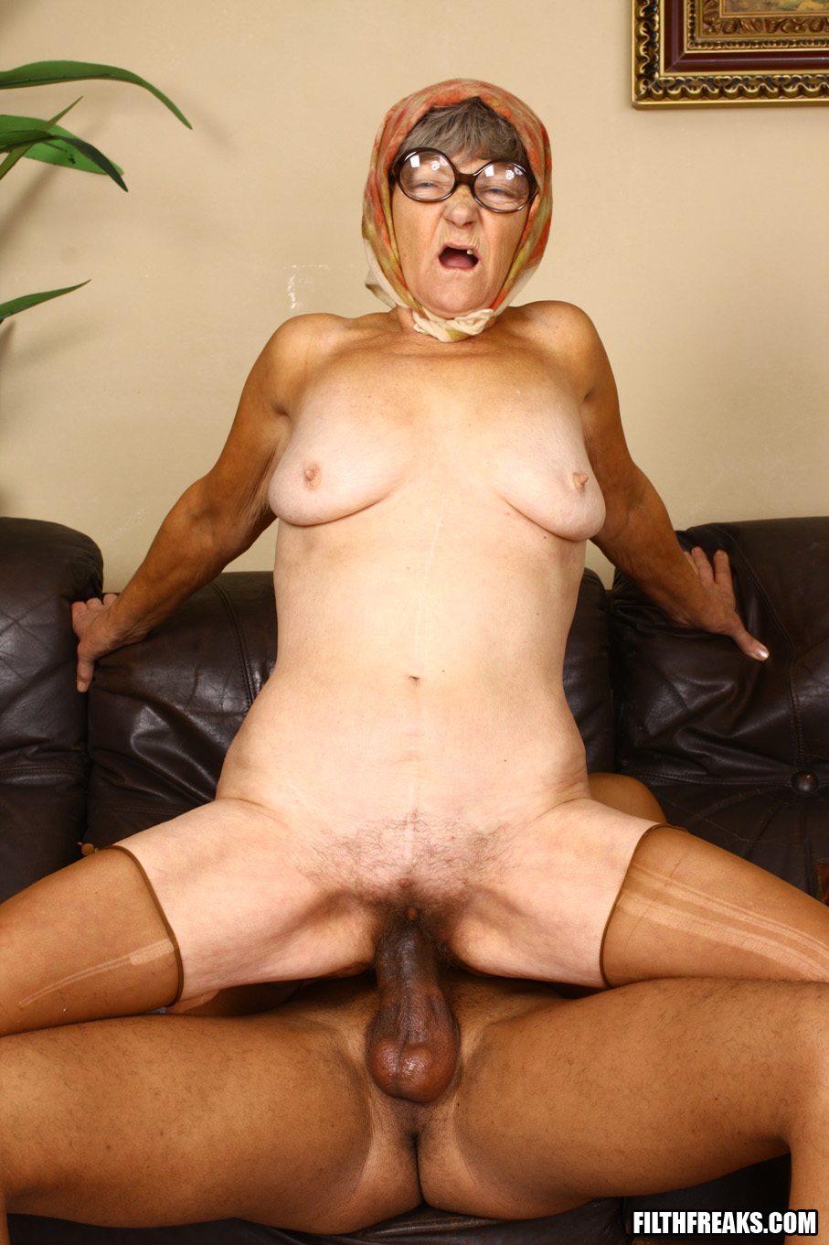 Порно старучки чорние